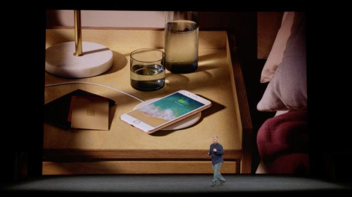 カフェでiPhoneをワイヤレス充電
