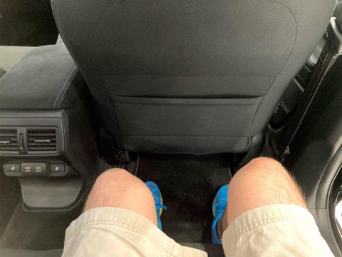 新型レヴォーグ 後部座席 膝前スペース